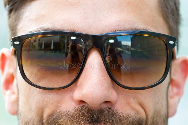 有太阳镜的凉快的人在城市 库存照片
