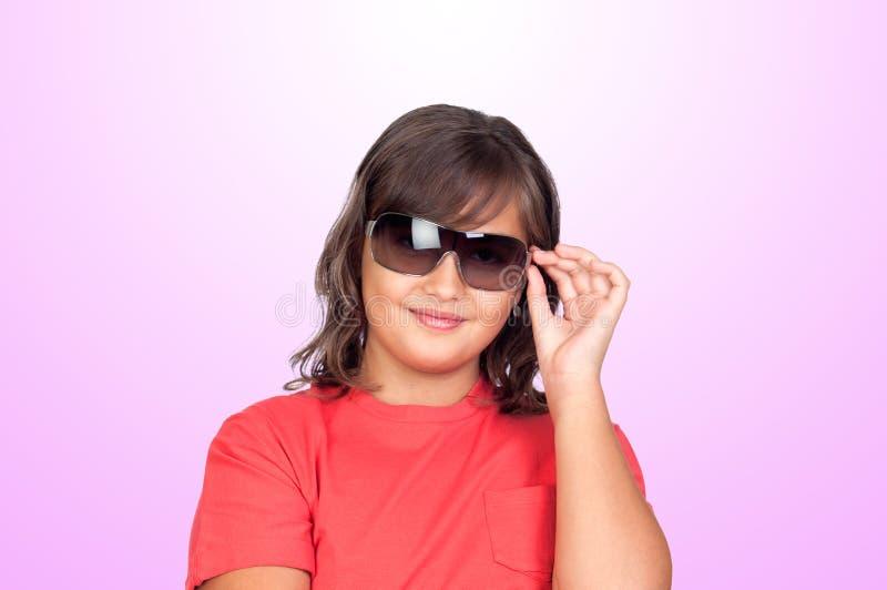 有太阳镜的可爱的青春期前的女孩 库存图片