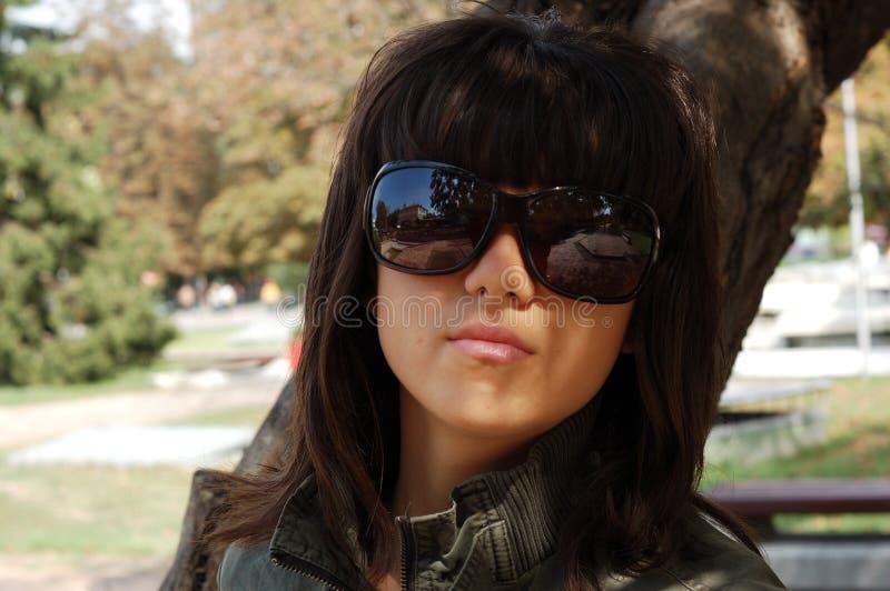 有太阳镜的女孩 免版税库存图片