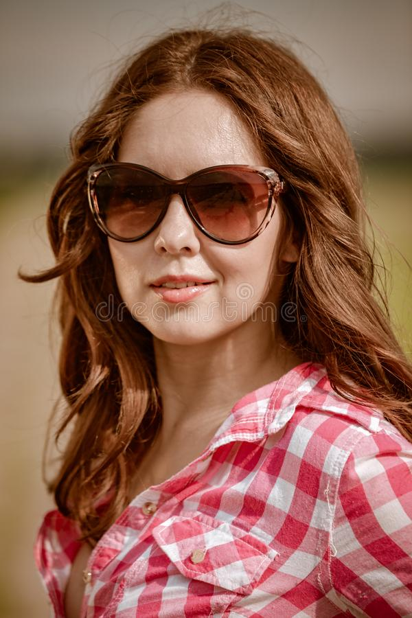 有太阳镜的女孩 图库摄影