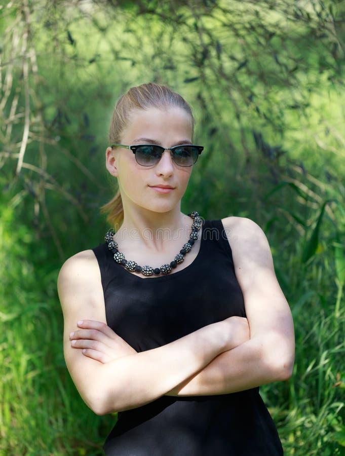 有太阳镜的女孩以boho样式时尚 免版税库存照片