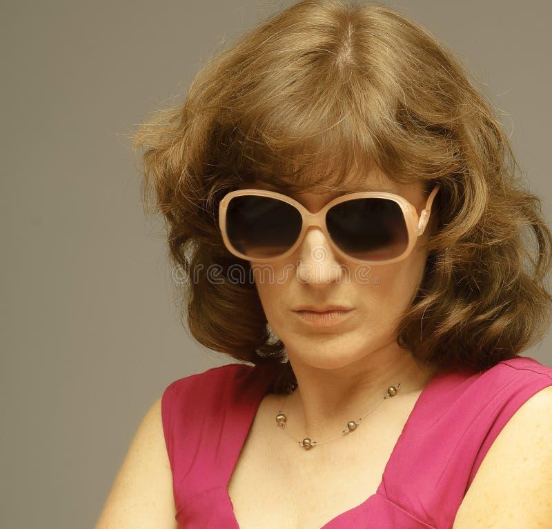 有太阳镜的妇女奋斗以不确定性 库存照片