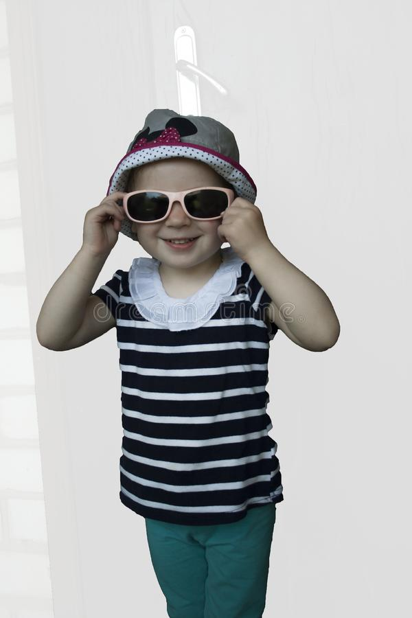 有太阳镜的小女孩微笑反对的 图库摄影