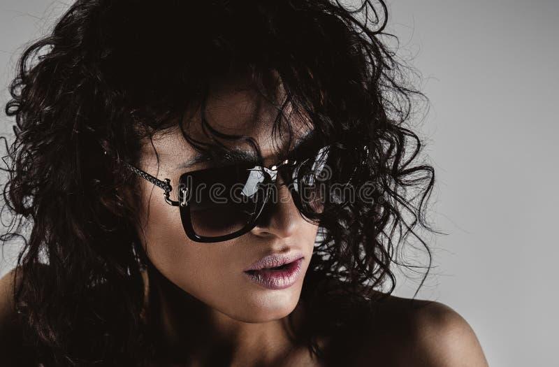 有太阳镜的方式妇女 免版税库存图片