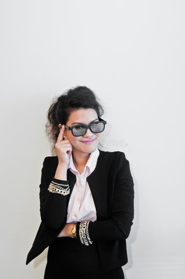 有太阳镜的时兴的年轻亚裔女商人 图库摄影