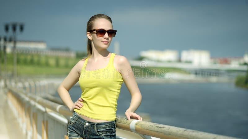 有太阳镜的时髦的女孩 免版税图库摄影