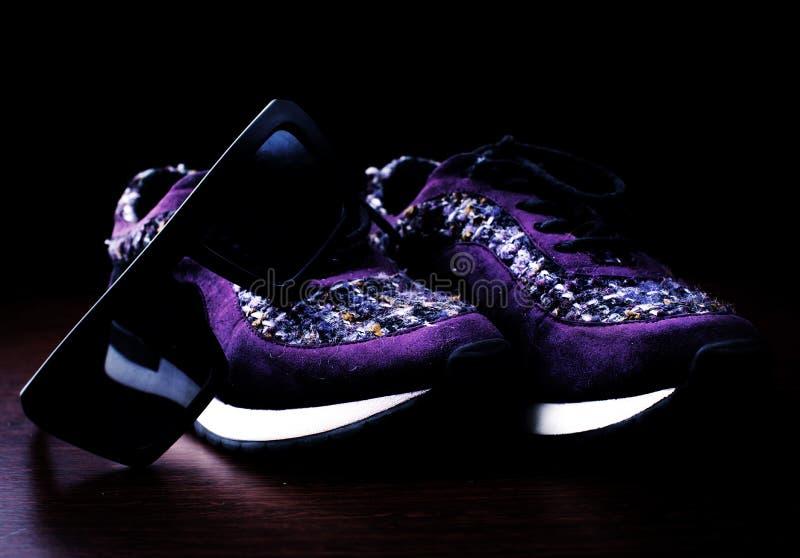 有太阳镜的时髦的运动鞋 免版税库存照片