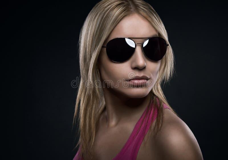 有太阳镜的白肤金发的妇女 免版税库存图片
