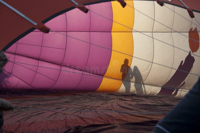有夫妇剪影的热空气气球  图库摄影