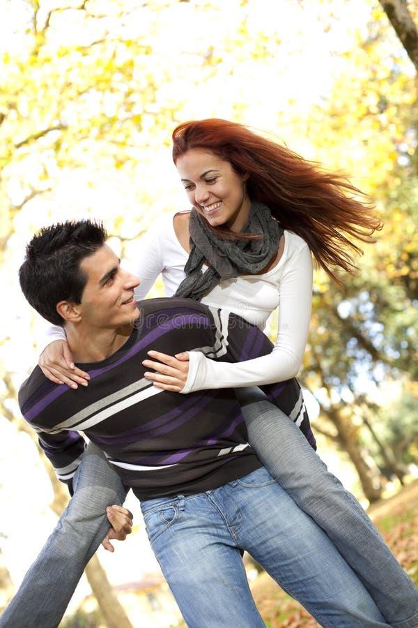 有夫妇的乐趣公园年轻人 免版税库存照片