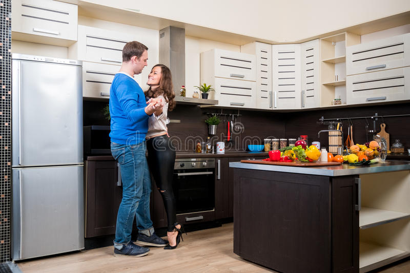 有夫妇的乐趣厨房年轻人 免版税库存照片