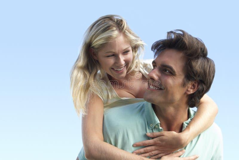 有夫妇的乐趣外部年轻人 库存照片