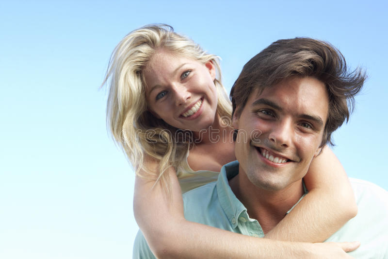 有夫妇的乐趣外部年轻人 免版税库存照片