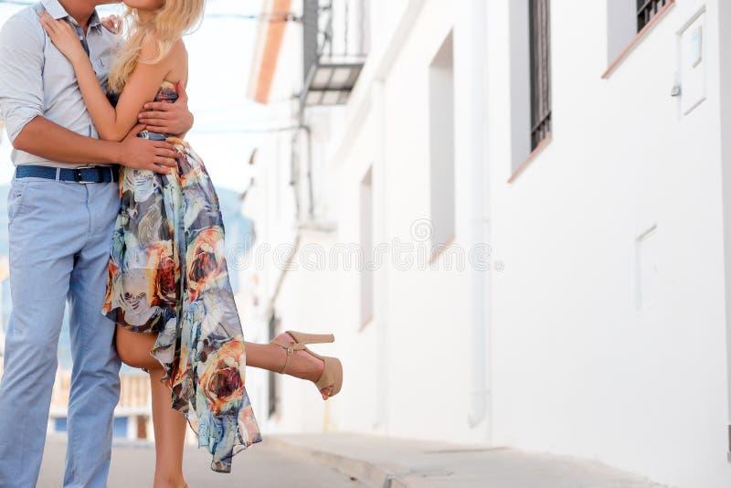 有夫妇的日期 腿特写镜头  免版税库存图片