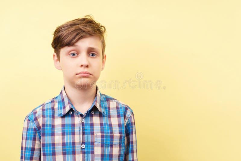 有失望的面孔的男孩 免版税库存图片