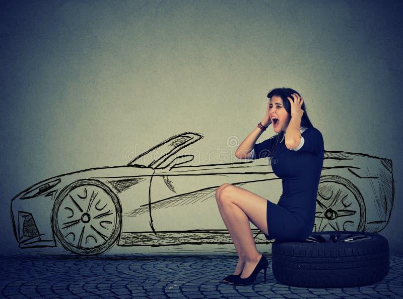 有失败的汽车泄了气的轮胎的沮丧的妇女 库存照片