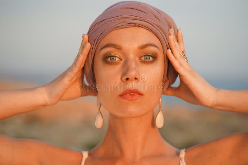 有头巾的妇女 库存图片