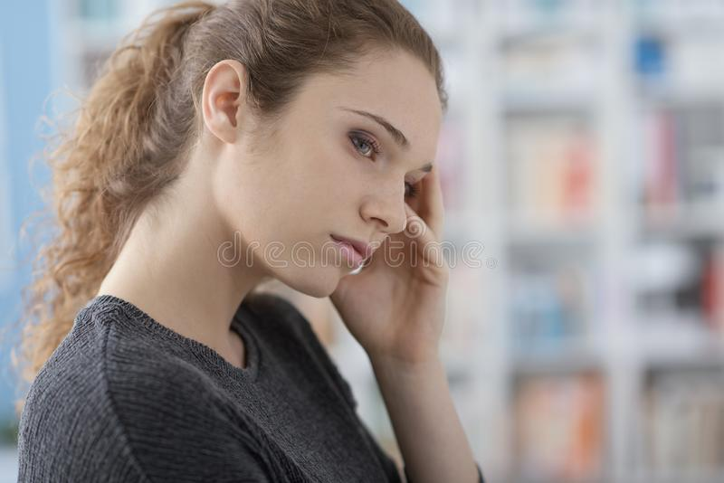 有头疼的年轻女人 库存照片
