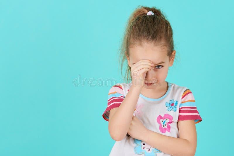 有头的生气问题孩子在手上 胁迫,消沉、重音或者失望概念 恼怒的女孩一点 免版税库存照片
