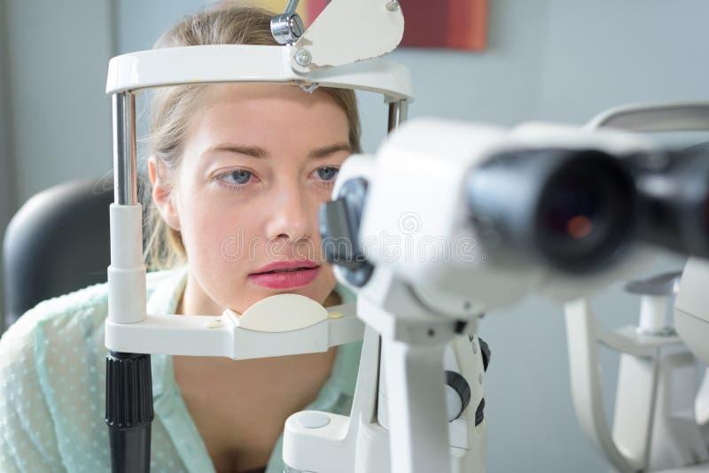 有头的画象妇女在眼镜师考试设备 图库摄影