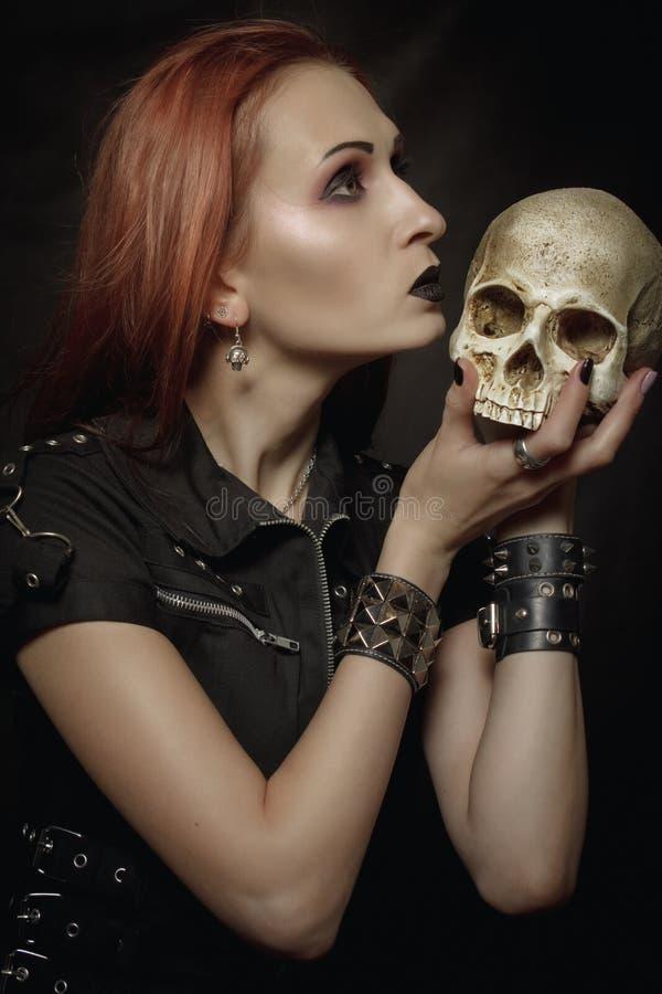有头骨的重金属的女孩 免版税库存照片
