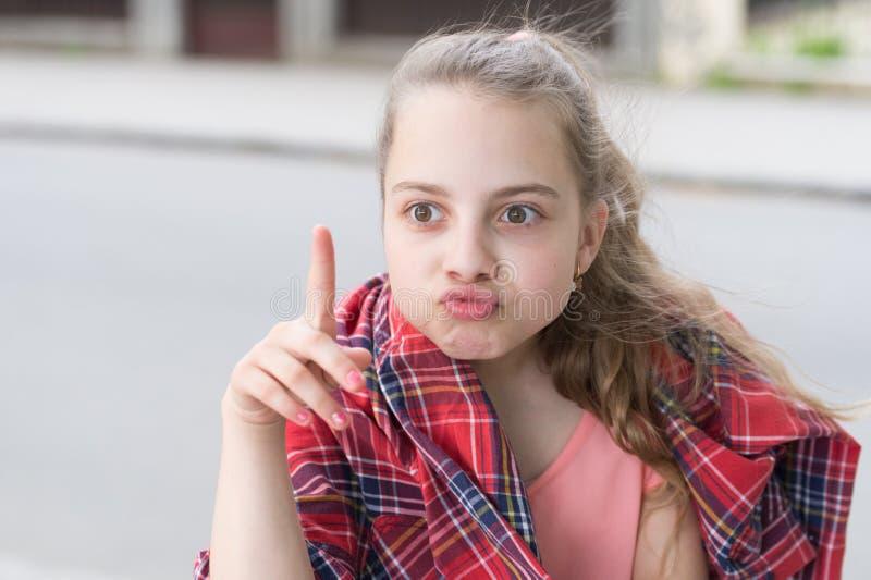 有奇怪的想法 女孩无忧无虑的孩子 孩子长发情感鬼脸 r 小孩享受步行 免版税图库摄影