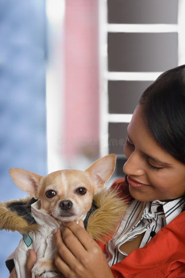 有奇瓦瓦狗的妇女 库存图片