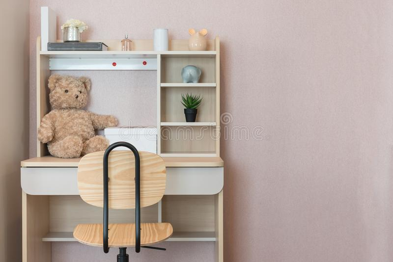 有套的现代孩子的室椅子和书桌 库存照片