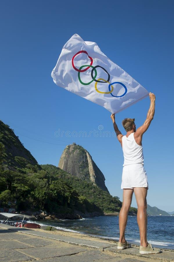 有奥林匹克旗子的里约热内卢巴西运动员 免版税库存照片