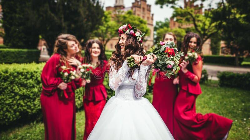 有女傧相的新娘在公园 图库摄影
