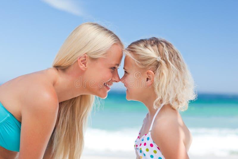 有女儿的乐趣她的母亲 库存图片