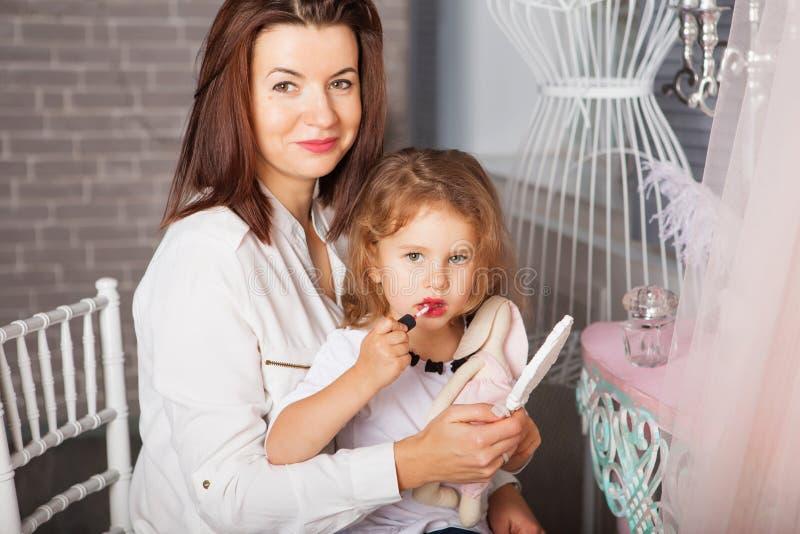 有女儿的可爱的母亲 看mi的美丽的矮小的夫人 库存照片