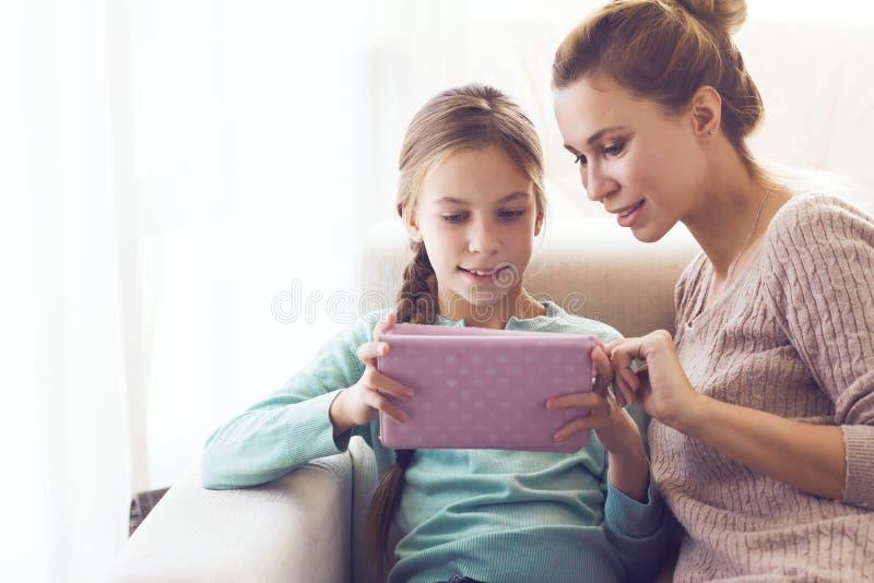 有女儿的妈妈 免版税库存照片
