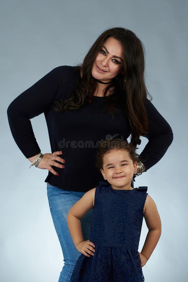 有女儿的年轻妈妈 免版税库存图片