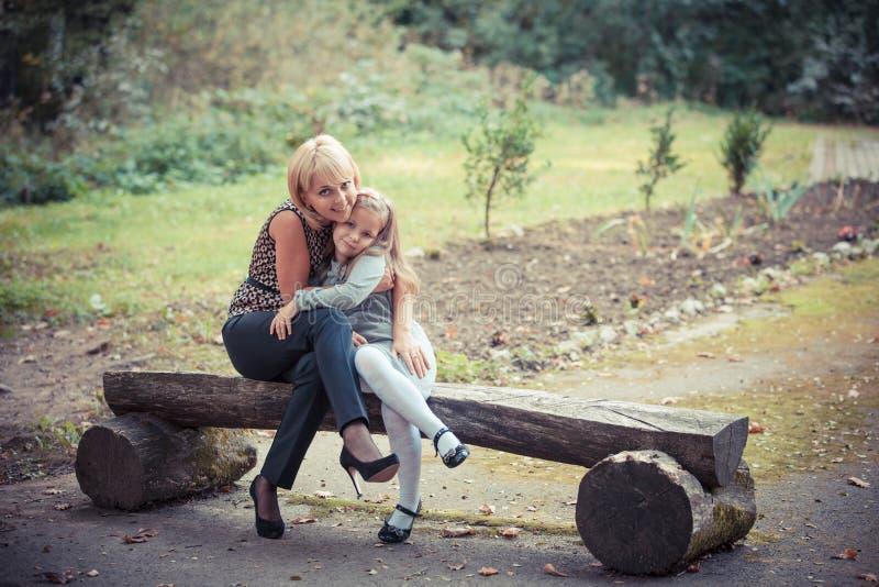 有女儿的新母亲在公园 免版税库存照片