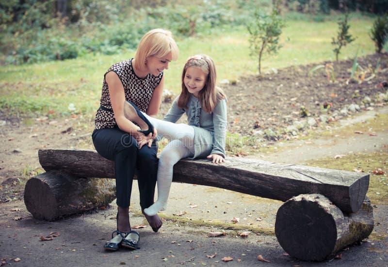 有女儿的新母亲在公园 图库摄影