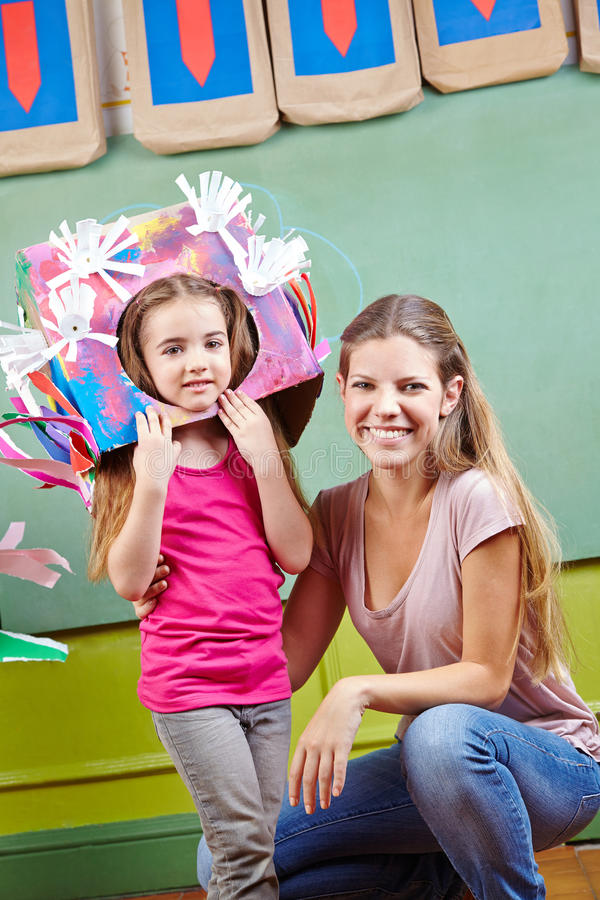 有女儿的母亲服装的为 免版税库存图片