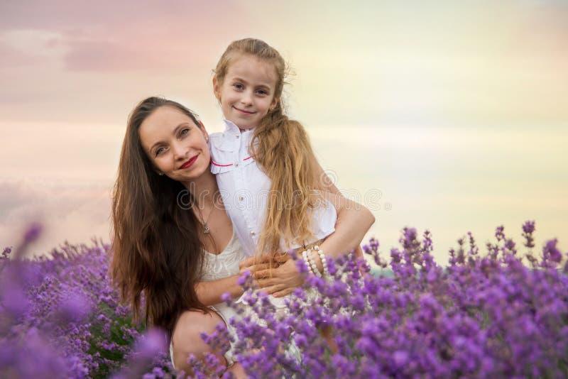 有女儿的母亲淡紫色领域的 库存照片