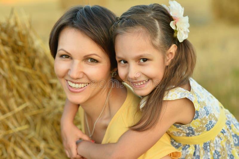 有女儿的母亲麦田的 库存图片