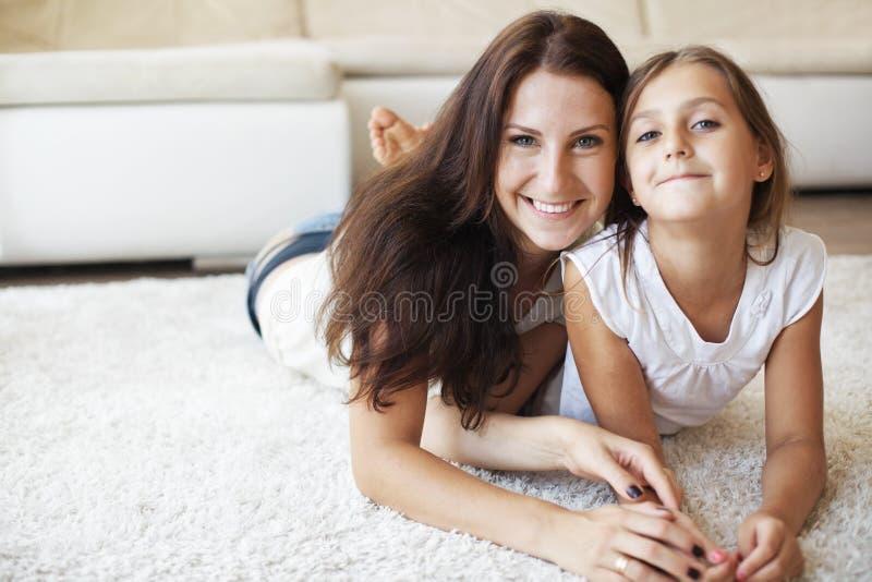 有女儿的母亲 免版税库存照片