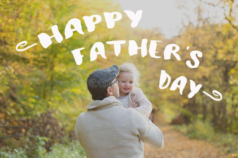 有女儿的父亲在公园 父亲节概念 库存图片
