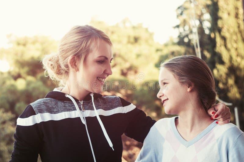 有女儿谈话的母亲 免版税库存照片