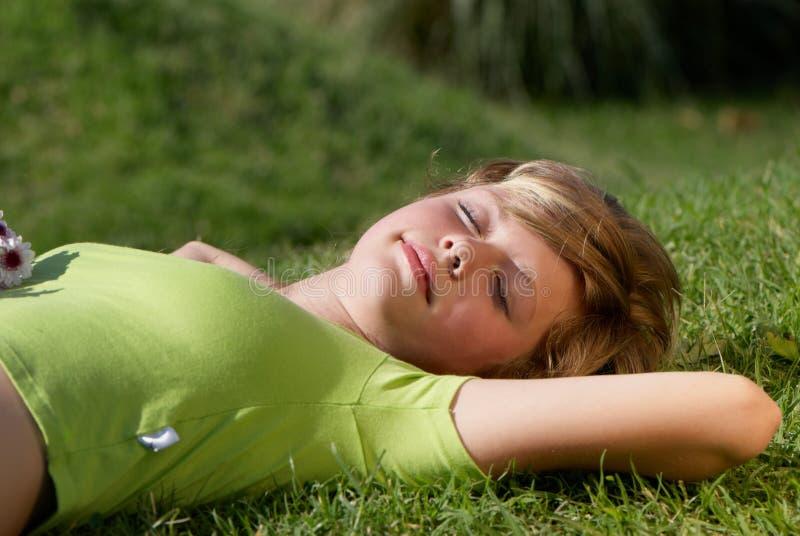 有女孩的草其它年轻人 免版税库存照片