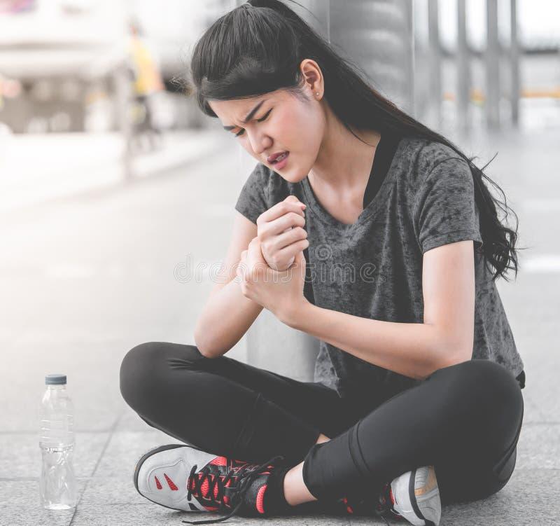 有女性体育的妇女在她的腕子的伤害 图库摄影