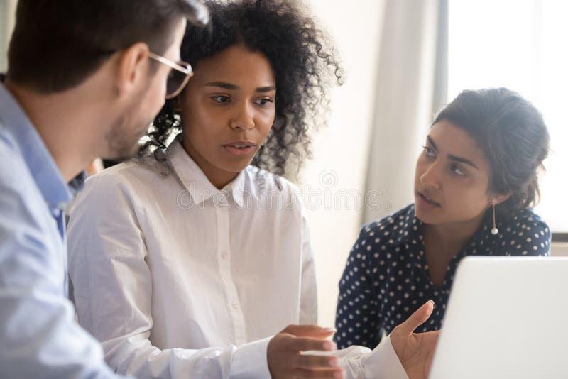 有女性非裔美国人的领导的雇员 免版税库存图片