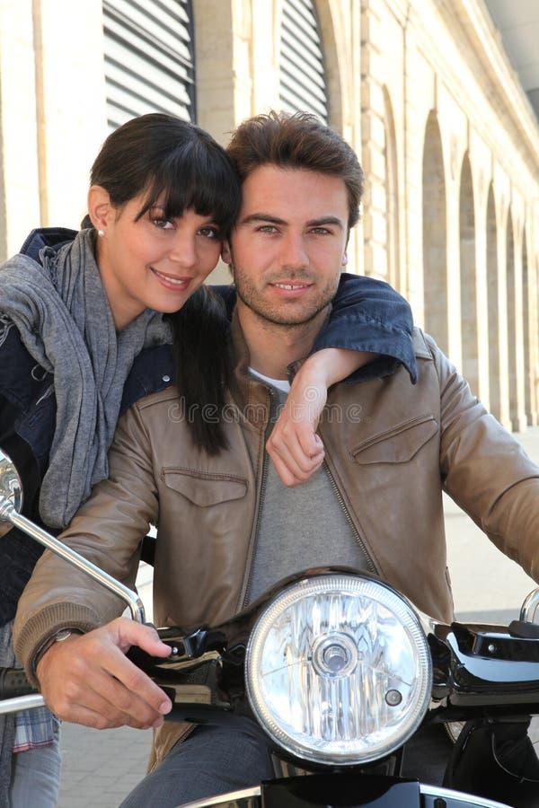 有女朋友的骑自行车的人 免版税库存图片