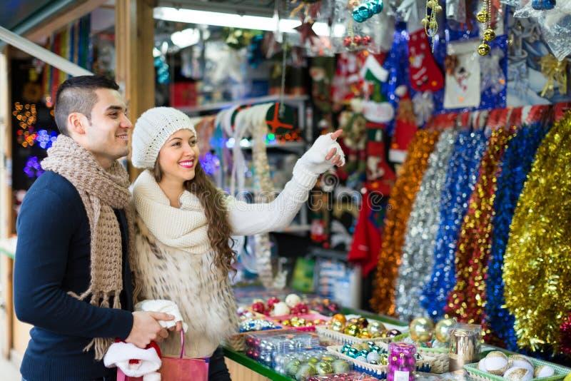 有女朋友的年轻人在X-mas市场上 免版税库存图片
