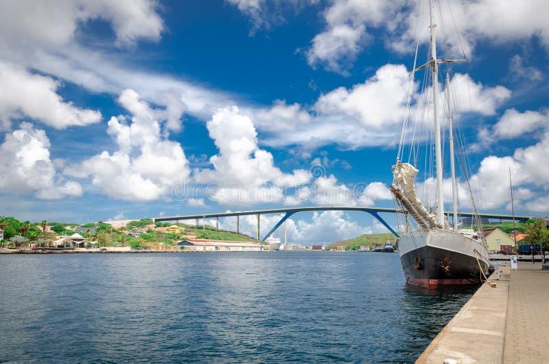有女王朱莉安娜桥梁的威廉斯塔德,库拉索岛Handelskade码头 库存照片