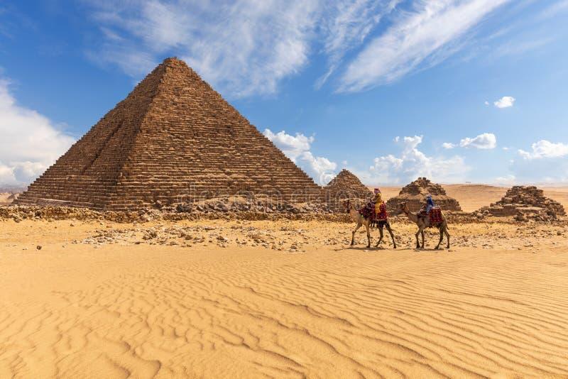有女王/王后和流浪者的三座金字塔的孟卡拉金字塔在他们附近 库存图片