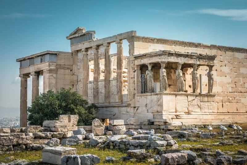 有女象柱门廊的在上城,雅典,希腊厄瑞克忒翁神庙寺庙 免版税库存照片